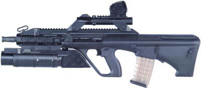 Steyr AUG A3 с подствольным гранатометом калибра 40мм; гранатометный прицел установлен поверх быстросъемного оптического прицела на дополнительных направляющих типа Picatinny