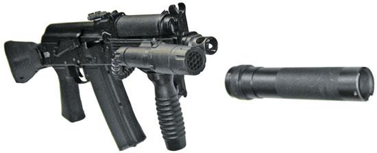 АК9 с передней рукояткой управления огнем и тактическим фонарем, установленными на интегрированные в цевье планки типа «Пикатинни»
