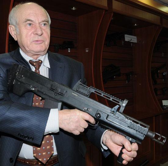главный конструктор ЦКИБ СОО по стрелково-пушечному вооружению Виктор Зеленко демонстрирует штурмовой автомат АШ-12