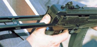 вид на защелку, фиксирующую приклад в боевом положении (расположена за пистолетной рукояткой в задней части ложи)