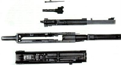 Детали подвижной группы и крышка ствольной коробки. УСМ смонтирован в крышке ствольной коробки.