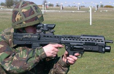 Английский солдат с винтовкой L85A2 оснащенной 40мм подствольным гранатометом