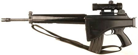 АR-18 с установленным оптическим прицелом и сложенным прикладом