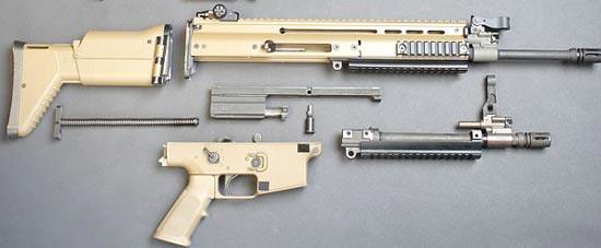 FN SCAR-L / Mk.16 неполная разборка рядом находится быстросъемный укороченный ствол
