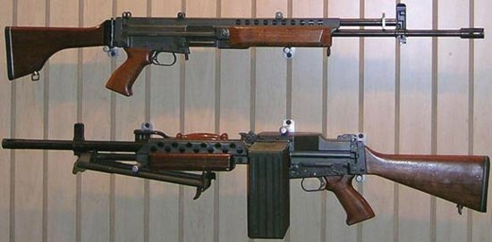 прототип Stoner 63 калибра 5.56х45 НАТО вариант автомата / штурмовой винтовки (сверху) вариант пулемета с ленточным питанием (снизу)