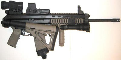 XCR-L калибра 5.56x45 mm со стволом длиной 406 мм сложенным альтернативным комбинированным прикладом и пластиковым магазином