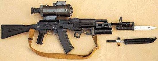 АК-74М с установленным ночным прицелом НСПУ-3, подствольным гранатометом ГП-25 и штык-ножом