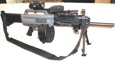 USAS-12 с оптическим прицелом и тактическими фонарями