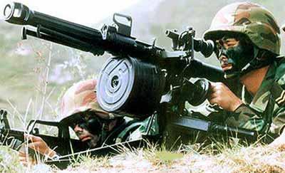 китайский солдат ведет огонь из гранатомета QLZ-87