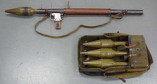 РПГ-2 в боевом положении и сумка с дополнительными выстрелами