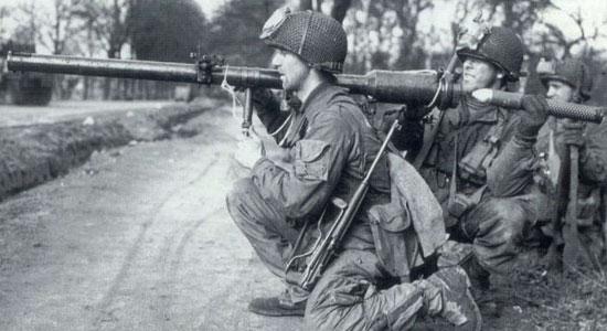 M18 Recoilless Rifle при заряжании
