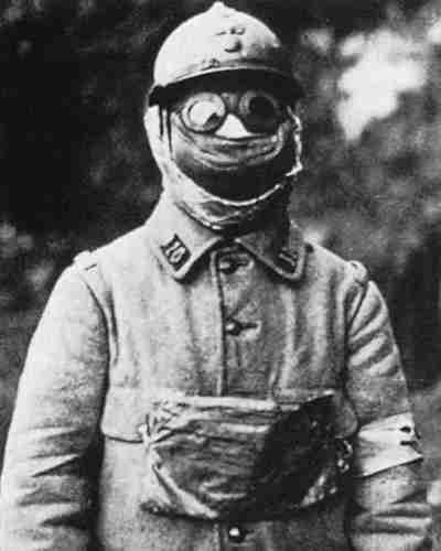 французский солдат в противохимической маске М-2