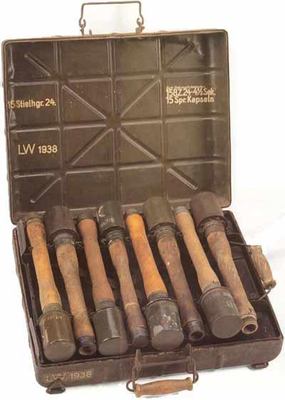 Stielhandgranaten 24 в металлическом ящике для транспортировки