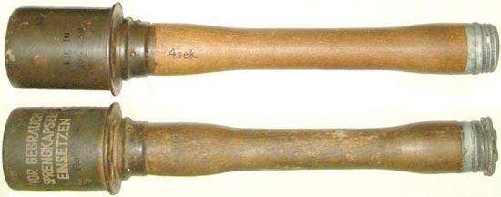 Stielhandgranaten 24 (M-24) на нижней гранате используется т.н. зимний предохранительный колпачок для более удобного его отвинчивания в перчатках
