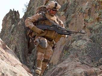 Военнослужащий армии США в экипировке HULC с элементами экзоскелета