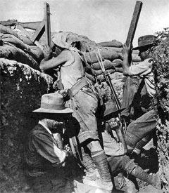 Австралийский солдат с перископной винтовкой в 1915 году.