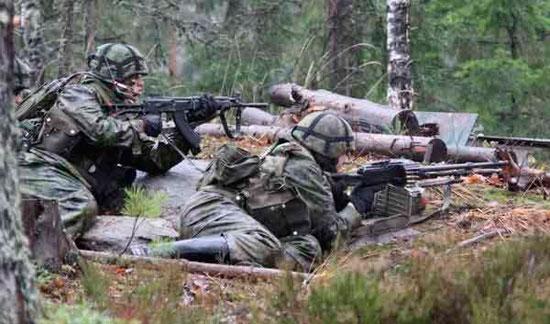 Финские солдаты с автоматом и пулеметом Калашникова