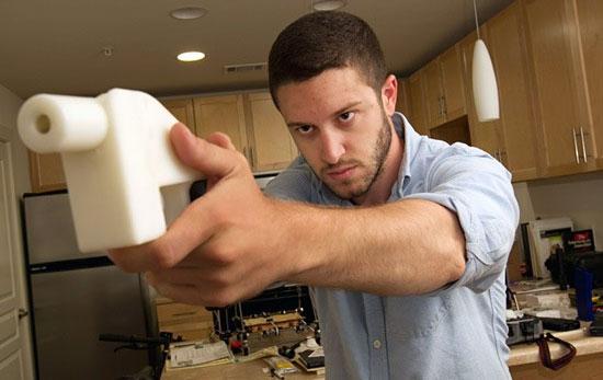 Коди Уилсон с прототипом пистолета