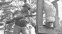 Американский солдат тренирует приемы штыкового боя