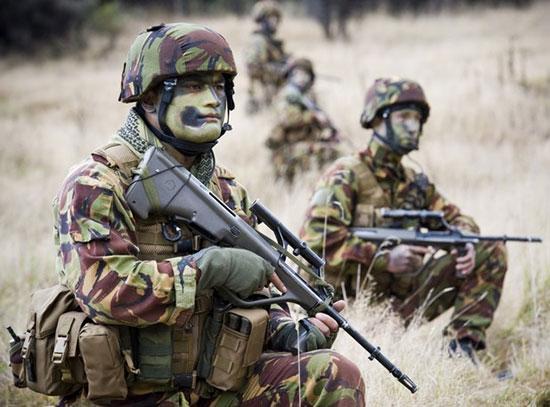 Новозеландские военные, вооруженные автоматами Steyr AUG