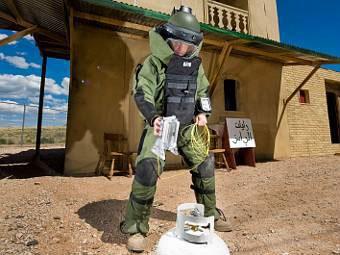 Сапер с водяным уничтожителем бомб