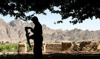 Афганский полицейский с автоматом Калашникова