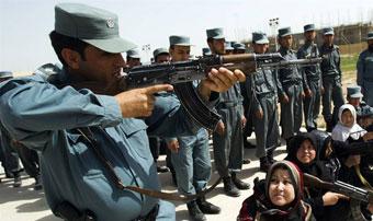 Офицер афганской национальной полиции обучает женщин-новобранцев стрельбе из автоматического оружия