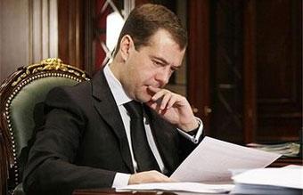 Медведев разрешил геологоразведчикам использовать оружие