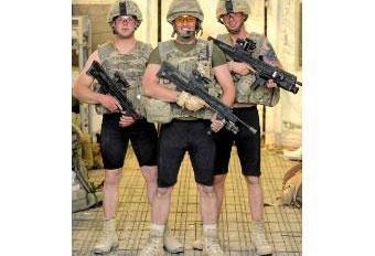 Британские солдаты в защитных трусах