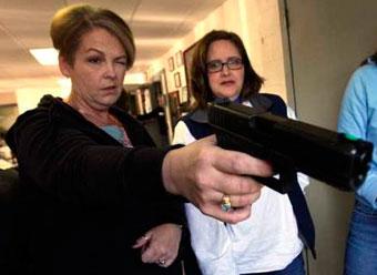 США — всё больше женщин приобретает оружие