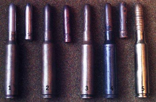 патроны 6,5x52 1 - обр. 1891 г. (с мельхиоровой оболочкой пули); 2 - обр. 1932 г. с накаткой на оболочке пули; 3 - с пулей в биметаллической оболочке; то же, но гильза стальная; 5 - холостой для стрельбы из пулеметов