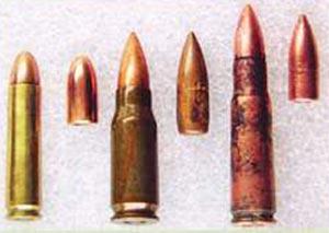 Промежуточные патроны периода Второй мировой войны (слева - направо) 7,62x33 (США), 7,92x33 (Германия) и 7,62x41 (СССР)