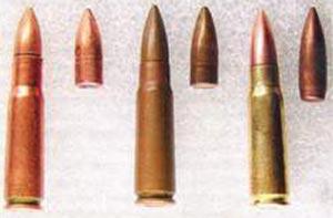 Советские 7,62-мм патроны обр. 1943 г. - с пулей со свинцовым сердечником и гильзой 41 мм (слева) и с пулей со свинцовым и стальным сердечником и гильзой 39 мм.