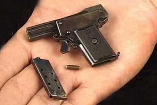пистолет Kolibri с отсоединенным магазином и патрон 2.7x9 mm Kolibri