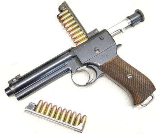 Пистолет Roth-Steyr M 1907 под патрон 8x19 Roth Steyr при заряжании