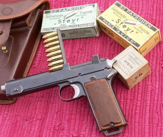 пистолет Steyr M1911 с патронами 9 mm Steyr при заряжании