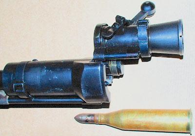 вид на открытый казенник Carl Gustav pvg m/42 и патрон 20х180R
