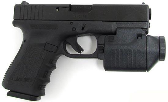 Glock 23 с установленным тактическим фонарем