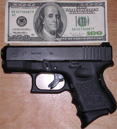 Glock 27 в сравнении с купюрой 100 $
