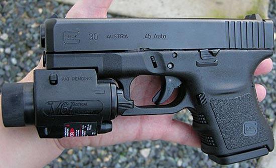 Glock 30 с установленным фонарем и магазином емкостью 9 патронов
