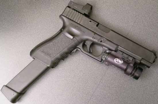 Glock 34 с магазином увеличенной емкости, установленным тактическим фонарем и коллиматорным прицелом