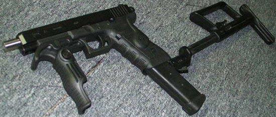 Glock 34 с магазином на 33 патрона, установленным прикладом и дополнительной ручкой