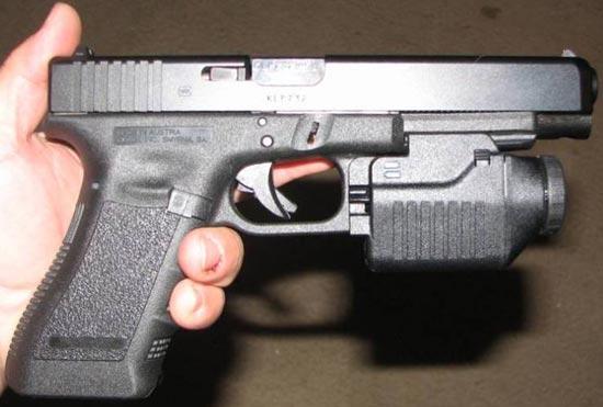 Glock 35 с установленным тактическим фонарем