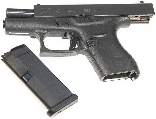 Glock 42 на затворной задержке с отсоединенным магазином