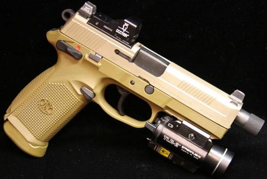 FNP-45 Tactical с установленным тактическим фонарем