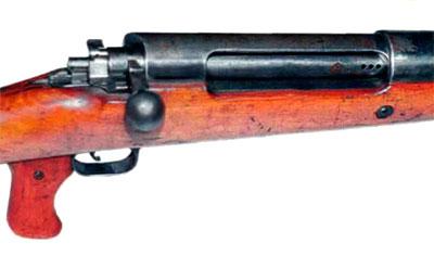 Фрагмент ПТР Mauser T-Gewehr (хорошо видны окно затвора с тремя отверстиями для вывода избыточных пороховых газов из патронника, флажок предохранителя за рукояткой перезаряжания и пистолетная рукоятка)