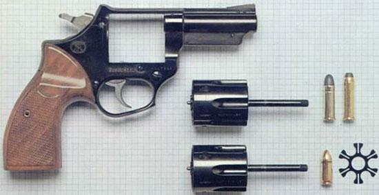 FN Barracuda револьвер, сменные барабаны (.357 / .38 вверху, 9x19 внизу) с соответствующими патронами и плоская обойма для патронов 9х19