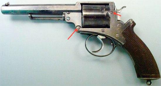 Adams M 1868 Mk II. В отличие от модели Mk I рамка модели Mk II состояла из двух частей. Стрелками показаны места соединения верхней части рамки с нижней частью.