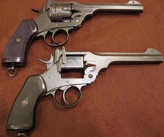 Webley Mk VI Target .22 Single Shot Pistol с однозарядным адаптером (внизу) в сравнении с боевым револьвером Webley Mk VI (вверху)