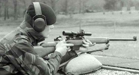Английский солдат с L42A1 на стрельбище
